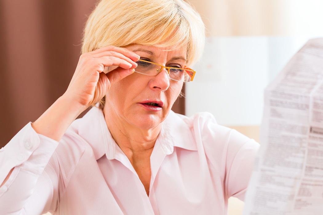 O aparecimento prematuro de presbiopia é mais comum em pessoas do sexo feminino e pessoas que se submeteram à cirurgia intraocular.