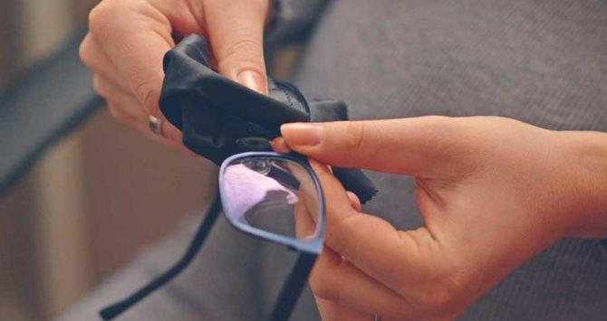 8 dicas para limpar seus óculos de grau sem riscar as lentes