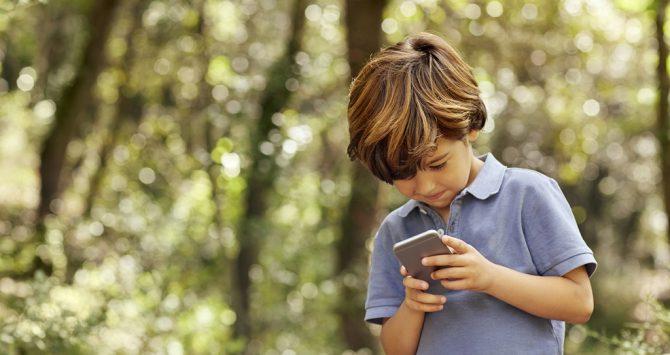 """Exposição excessiva às """"telas"""" pode causar danos à visão das crianças"""